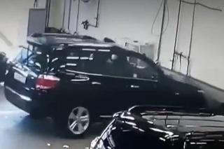 Vodič si v Moskve pomýlil brzdu s plynom: Šťastie, že za stolom nikto nesedel