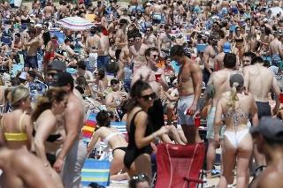 Uvoľnenie opatrení v USA: Ľudia v Bostone sa v davoch vybrali na chytať bronz na pláž.