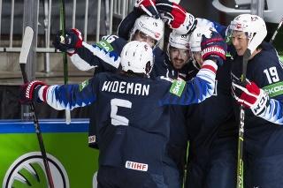 Radosť hráčov USA po strelenom góle na MS v Lotyšsku