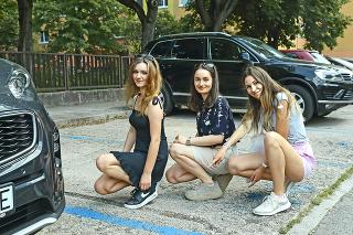 Ela (18), Sofia (18) a Eva (18) by rovnako privítali viac parkovacích miest.