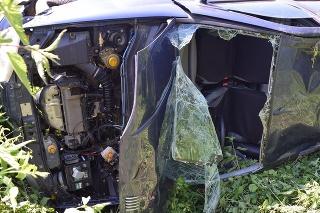 Z auta ostala po nehode kopa šrotu.