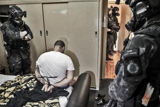 Zatkli stovky podozrivých, najmä v Austrálii.
