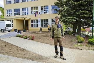 1. Oddychový park: Na betónovej ploche pred školou vznikne podľa riaditeľa Michala park s trávnikom.