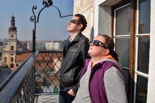 Na snímke pozorovatelia sledujú čiastočné zatmenie slnka na mestskej veži v Trnave v piatok 20. marca 2015.
