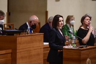 Cichanovská vystúpila v Senáte; priniesla fotky prenasledovaných disidentov.