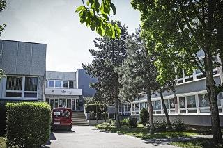 V Spojenej škole na Pankúchovej ulici v Bratislave sa trápia s koronavírusom.