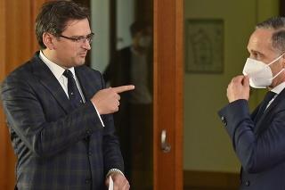 Nemecký minister zahraničných vecí Heiko Maas (vpravo) počúva svojho ukrajinského rezortného partnera Dmytra Kulebu pred ich spoločnou tlačovou konferenciou po stretnutí v Berlíne 9. júna 2021.