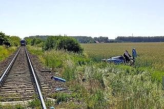 Náraz vlaku športiak zdemoloval.