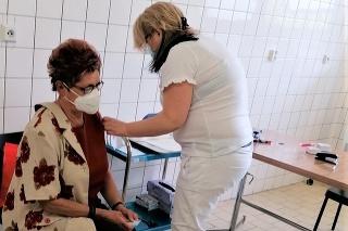 Sto tisícu dávku vakcíny podali pani Erike Schmelhausovej z Komárna.