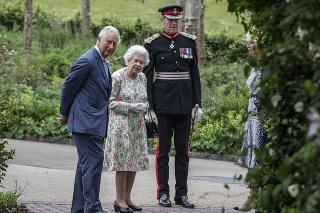 Kráľovná Alžbeta II. a princ Charles.