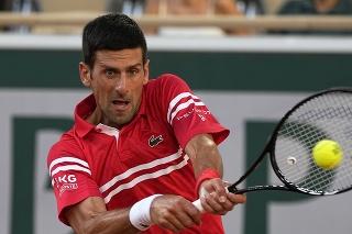 Srbský tenista Novak Djokovič pri údere na Roland Garros