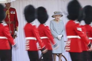 Britská kráľovná Alžbeta II. sleduje ceremóniu.