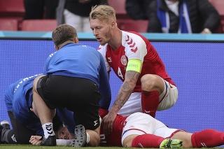 Simon Kjaer (32) poskytol prvotnú zdravotnú pomoc Christianovi Eriksenovi (29)