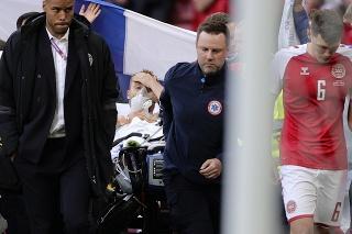Záchranári odvážajú na nosidlách dánskeho futbalistu Christiana Eriksena, ktorý skolaboval počas zápasu.
