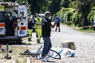 Policajt si natáča miesto streľby pri jednej z troch obetí.