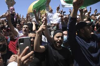 Ľudia skandujú slogany a mávajú vlajkami Hamasu počas protestu proti pravdepodobnému vysťahovaniu palestínskych rodín z ich domovov po piatkových večerných modlitbách, obvyklých počas pôstneho mesiaca ramadán pri al-Aksá, najväčšej mešite v Jeruzaleme.