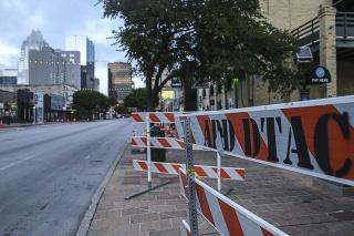 Ohradená 6. ulica v Austine po sobotnej streľbe.