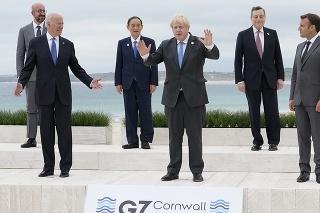 Americký prezident Joe Biden (druhý zľava) a britský premiér Boris Johnson (uprostred) pózujú spoločne s ďalšími lídrami G7 na pláži pred hotelom Carbis Bay Hotel počas ich spoločnej fotografie na summite G7.
