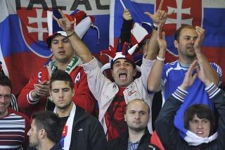 Slovenskí fanúšikovia sa bavia futbalom a povzbudzujú našich reprezentantov proti Severným Írom.
