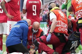 Záchranári oživujú dánskeho futbalistu Christiana Eriksena (29)