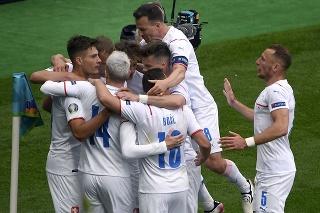 Českí futbalisti sa radujú po góle.
