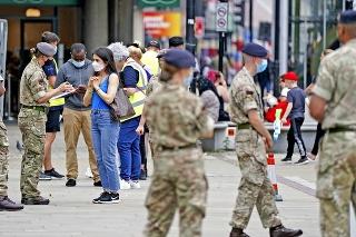 V anglickom Boltone sú na poriadku pravidelné kontroly obyvateľov.