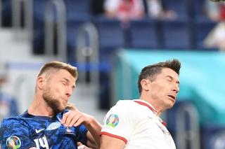 Na snímke sprava poľský hráč Robert Lewandowski a slovenský hráč Milan Škriniar v zápase E-skupiny na majstrovstvách Európy vo futbale Poľsko - Slovensko.