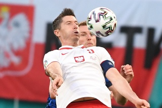 Poľský útočník Robert Lewandowski v súboji so Slovenskom na EURO 2020