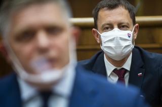 Zľava poslanec NR SR Robert Fico (Smer-SD) a predseda vlády SR Eduard Heger (OĽaNO)