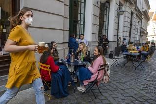 Zmiernené opatrenia: Zákazníci sedia na terase prevádzky na Nedbalovej ulici v Bratislave v pondelok 26. apríla 2021.