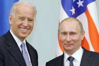Na archívnej snímke z 10. marca 2011 vtedajší americký viceprezident Joe Biden (vľavo) a vtedajší ruský premiér Vladimir Putin,