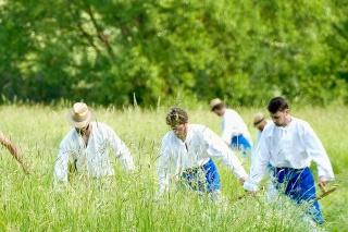 Počas víkendu sa v obci Kúty v okrese Senica uskutočnil už štvrtý ročník Svatovítskeho kosení. Okrem tradičného kosenia kosou si návštevníci pripomenuli aj folklórne tradície regiónu.