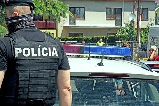 Pri dome obete sa pohybovalo veľa policajtov.