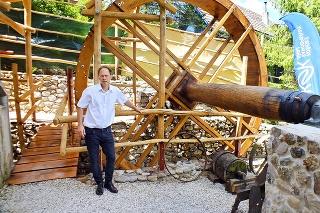 Gejza Lyócsa pri vodnom mlyne, jeho starý otec bol posledným nositeľom tradície mlynárskeho remesla.