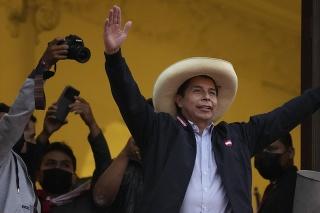 Peruánsky prezidentský kandidát Pedro Castillo zdraví svojich stúpencov v Lime.