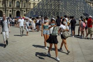 Ľudia pri múzeu Louvre, 12. augusta 2020 v Paríži.