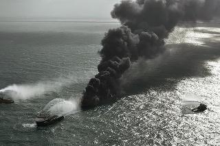 Pri pobreží Srí Lanky sa potápa nákladná loď naložená chemikáliami.