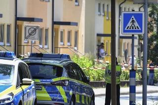 Policajti stoja pred domom v nemeckom meste Espelkamp
