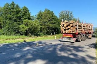 Pri nehode v obci Lubeník prišiel o život motocyklista, cestu uzavreli.