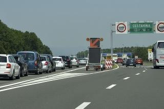 Kolóny vozidiel na diaľnici A1 pred mýtnou bránou Záhreb-Lučko v Chorvátsku.