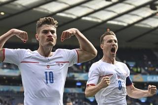 Český futbalista Patrik Schick (vľavo) sa teší po strelení gólu počas zápasu základnej D-skupiny Chorvátsko - Česká republika v Glasgowe.