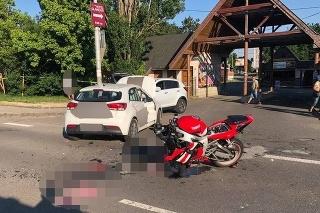 Motocyklista sa zrazil s autom, ktorého vodič chcel odbočiť do areálu rekreačného strediska.
