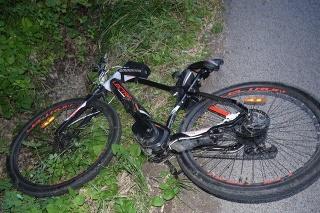 Podľa prvotných informácií auto cyklistu zachytilo pri ceste, no jeho vodič na kolíziu nezareagoval a ušiel. Polícia ho vypátrala asi po hodine.