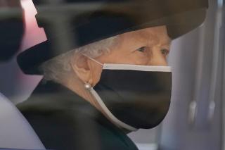 Kráľovná Alžbeta sa musela vysporiadať so smútkom osamote.
