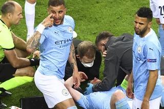 Walker a Mahrez z Manchestru City sa pozerajú smerom k striedačke po zranení ich spoluhráča De Bruyneho.