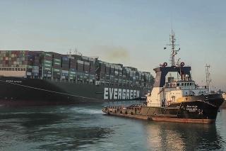 Uviaznutú nákladnú loď MV Ever Given v Suezskom prieplave sa po takmer týždni podarilo uvoľniť.