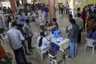 Doposiaľ je proti koronavírusu plne zaočkovaných menej než päť percent z 1,3 miliardy obyvateľov Indie.