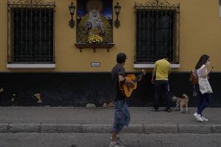 Muž hrá na gitare na ulici v španielskom meste Sevilla.