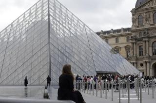 Egypťan zaútočil na štyroch vojakov v podzemnej časti nákupného centra Caroussel du Louvre, prepojeného s múzeom Louvre.