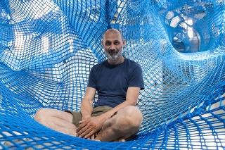 Jeden z autorov diela Cristoph Katzler a interaktívna sieťová inštalácia Tube v Starej Tržnici.